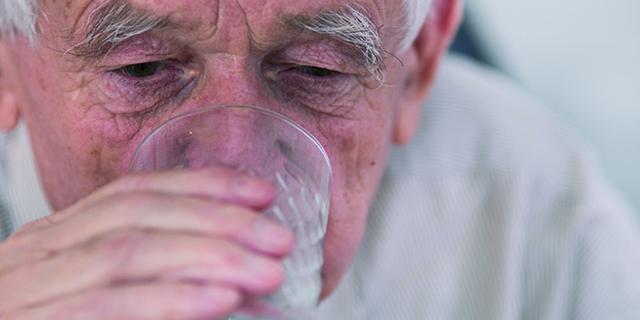 Cómo evitar la deshidratación de nuestros mayores en verano